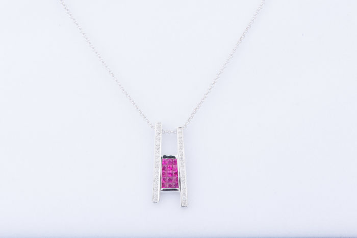 18 kt white gold necklace, 15 baguette rubies, approx. 0.30 ct in total, 28 diamonds, approx. 0.28 ct in total.