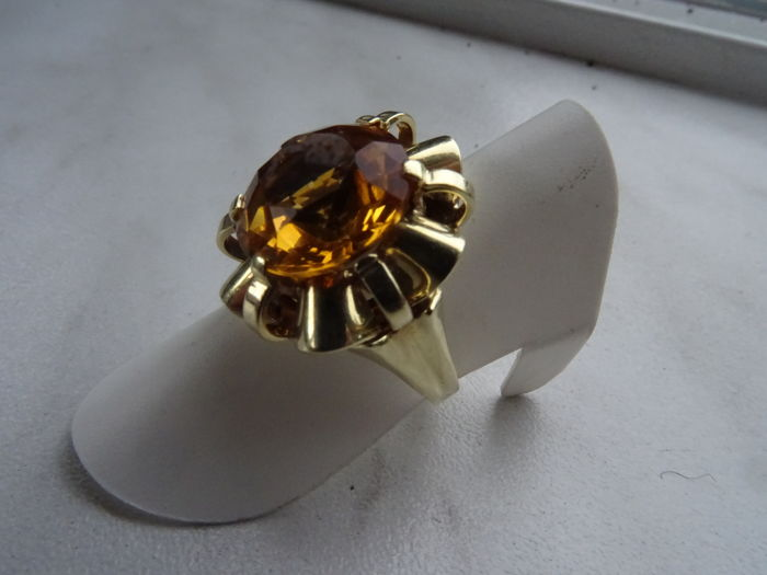14 karat gold ring with a 5 ct citrine. Ring size: 16