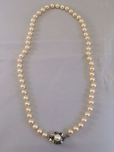 Freshwater pearl necklace with 14 kt white gold clasp with emeralds - 49 cm