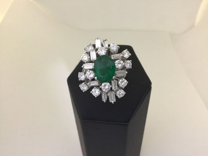 Ring in 18 kt gold with 1.60 ct emerald and diamonds, 2.40 ct - size 14