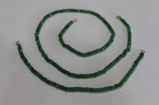 Ladies 18 kt (750) necklace and bracelet with emeralds of 4 x 2 mm
