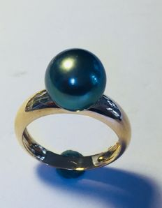 Gold ring with a Tahiti Pearl, 9.9 mm diameter, France ca. 1990