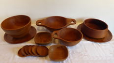 Designer unknown - 14 parts of decorative Scandinavian teak design: 2 trays, 4 bowls, 2 dishes and set of coasters.