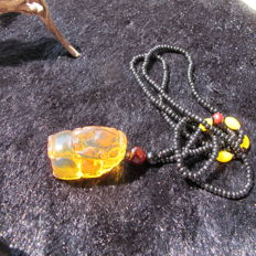 Natural Burma amber carving pendant. Weight: 16.8 G. Size 31.5-20 mm. * no reserve price *
