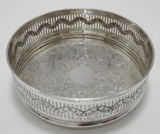 A silver plated bottle holder with floral engravings - ENGLAND