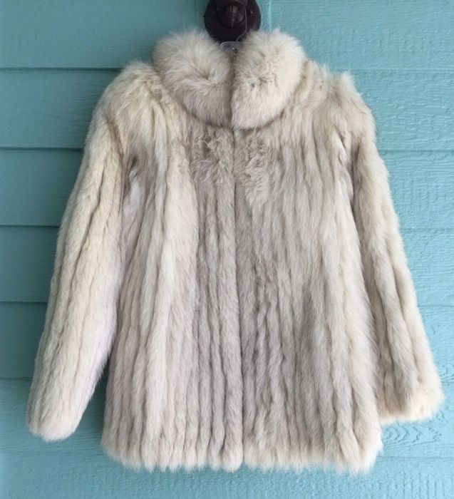 classic up-to-datestyling top-rated real Saga Fox-Fabulous Royal quality Arctic Blue Fox fur coat, extremely light  wear - Catawiki