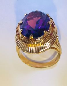 Gold ring with an amethyst stone (treated)