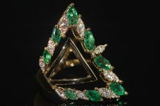 18 kt gold design ring set with natural emeralds and diamonds, size 54 - NO RESERVE PRICE!