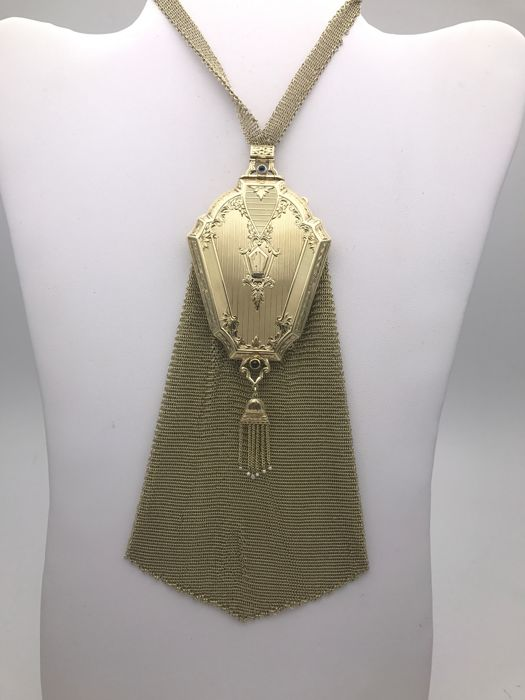 Sapphire-adorned-golden-net-bag-with-pearl-powder-compartment-on-the-mirror-around-1900-to-1910