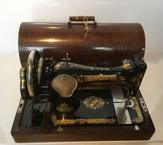 Magnificent antique Singer 28K sewing machine with dust cover and key, 1925