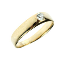 Sturdy 14 karat gold solitaire ring set with old cut diamond, approx. 0.15 ct.