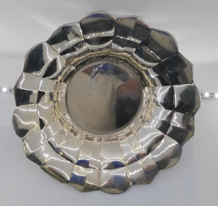 Centrepiece in Spanish silver - Jose Amor - with faceted decoration - Spain - 20th century
