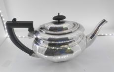 Teapot in punched silver and with faceted lines, Birmingham, 1933