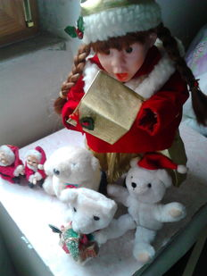 Amazing lot: 1x Collectible Musical Christmas Doll - not working - 3x Christmas teddy bears and 2x Santa Claus
