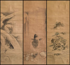 'Carps and tortoise' by Kanō Eisen'in Michinobu (狩野栄川院典信 (1730-1790) Triple handpainted scroll, incl signed wooden box - Japan - ca. 1770 (Edo period)