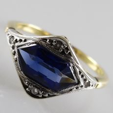 18 kt gold Art Deco (pinky) ring with blue sapphire of 0.80 ct and 4 rose cut diamonds