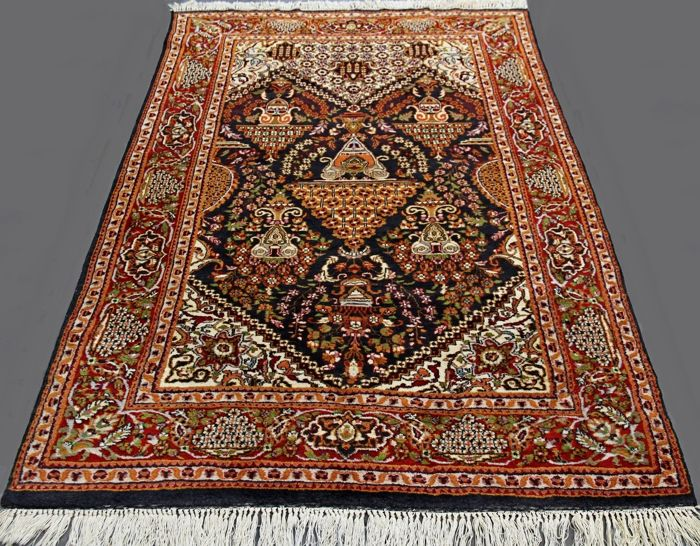 Wonderful carpet in Agra, Qum pattern, measuring 184 x 124 cm, from the second half of the 20th century. In excellent condition, like new, from a private collection, with certificate.
