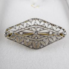 18 kt gold Art Deco brooch with 0.08 ct old cut diamond and 32 rose diamonds