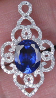 Pendant in white gold set with a tanzanite and 0.90 ct diamonds