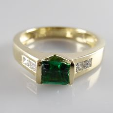 14 kt yellow gold Pinky ring with an emerald of 0.30 ct and 0.30 ct princess cut diamond - 4.6 grams - ring size 17 mm (53)
