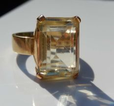 Heavy (9,4 g) 18 kt gold, with beautiful, clear citrine.