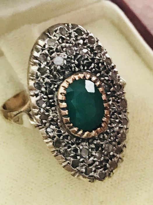 Ring in 14 kt gold with natural emerald and diamonds of 0.90 ct. Size 18.