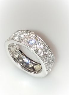 Wedding ring in 18 kt white gold with diamonds totalling 1.50 ct – size 20.