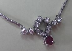14 kt White gold necklace with ruby and brilliant cut diamond, 1.06 ct in total.