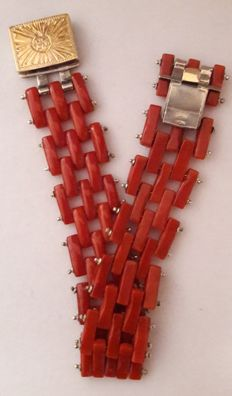 "Sciacca coral bracelet, with 9 kt gold clasp (hallmarked ""375 Italia""), carved by hand, with guarantee certificate"