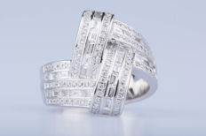 18 kt white gold ring 100 diamonds approx. 1 ct in total, 30 baguette-cut diamonds approx. 0.30 ct.