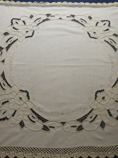 Vintage square tablecloth with roses decoration made with cutwork and crochet work. Italy C. 1960 / 1970.