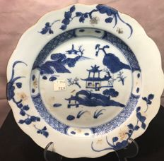 Chinese Nanking cargo plate  the three pavilions pattern in blue and gold wavy edge circa 1750
