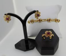 3 piece set, 18 kt yellow gold ring, earrings & HRD certified bracelet set with diamonds and ruby