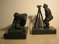 Marlies Noordkamp - lot of two heavy bronze sculptures on a granite pedestal - Tegelzetter & Landmeter - commissioned pieces - 2.3 kg together