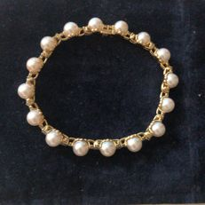 Tiffany&Co 18 kt gold bracelet, with 48 VS1F brilliant cut diamonds with a weight of 2.10 ct and 16 high-quality cultured pearls measuring 0.80 mm