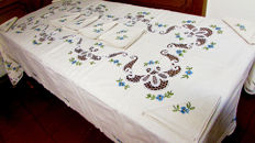 Gorgeous hand embroidered tablecloth in lace for 12 people with pure cotton napkins - 180 x 280 cm