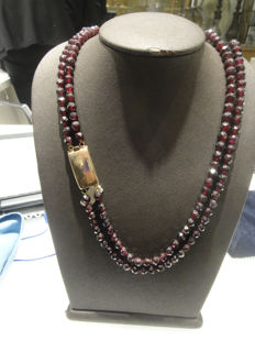 Garnet necklace with low-grade gold clasp (14 kt)