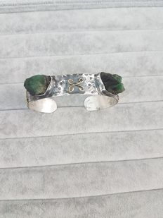 'Slave bangle' in burnished silver with yellow gold and carved emeralds - Made in Italy