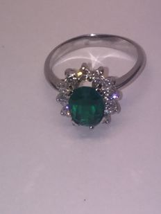 Cocktail ring in 18 kt white gold with an oval-cut chrysoprase and nine brilliant-cut zirconias Ring size: 19