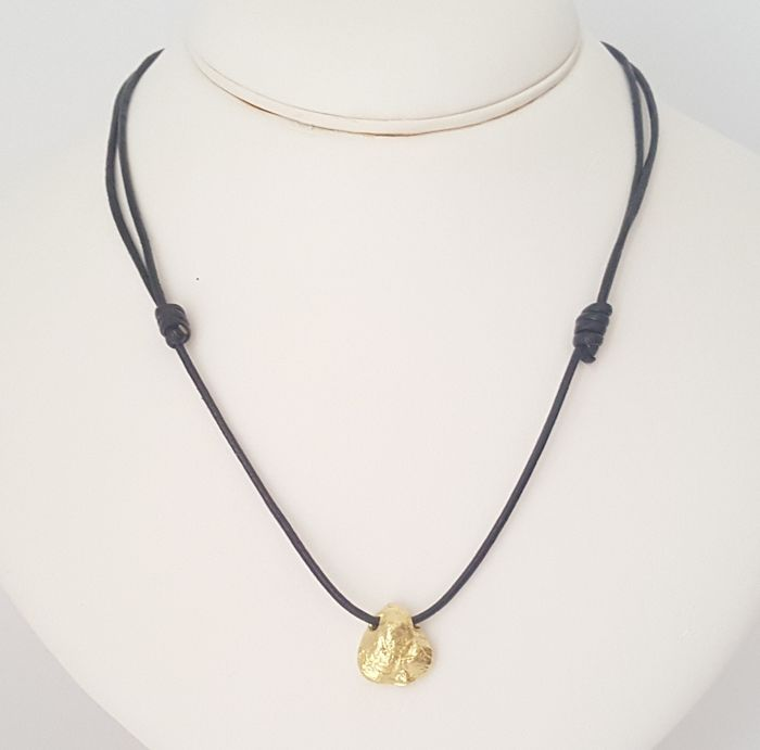 18 kt - Adjustable leather necklace with a nugget-shaped solid gold pendant - Nugget size: 15 x 14.6 mm
