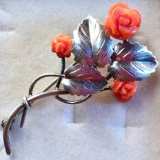 Splendid brooch in sterling silver (800) and Mediterranean coral, early 1900s