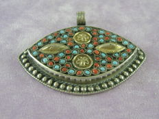 Silver pendant with micro-mosaic in turquoise and coral – Period: early 20th century