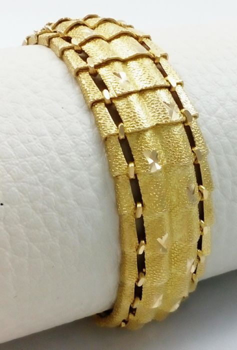 Solid bracelet made of 18 kt matte/shiny yellow gold.* Low reserve price*.Free insurd shipping