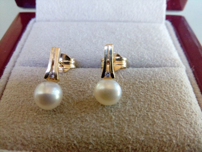 Pair of 18 kt gold earrings with Akoya pearl (5 mm) and diamond