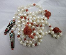 Infinitely long necklace (127.5 cm) of cultured freshwater pearl and foam coral.
