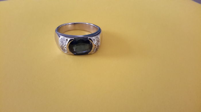 18 kt white gold ring - sapphire of 2.87 ct - brilliant cut diamonds with a total of 1.20 ct - total weight 10.67 grams - size 54