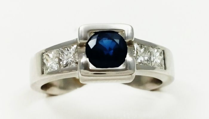 White gold 18 kt/750 cocktail ring with brilliant cut Sapphire of 0.75 ct   and 1 ct of princess cut diamonds Size 20/60