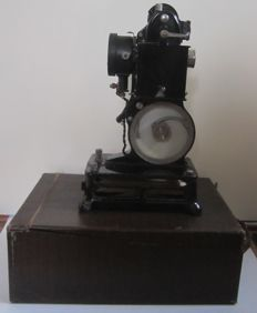 Palthé baby film projector with accessories and approx. 15 films - France - ca. 1920