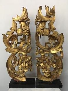 Lot with 2 wooden gold plates carvings with figures. Mandalay period - Burma - 19th century.