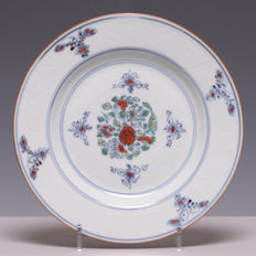 Beautiful doucai and engraved, decorated, porcelain plate - China - 18th century (Yongzheng period).